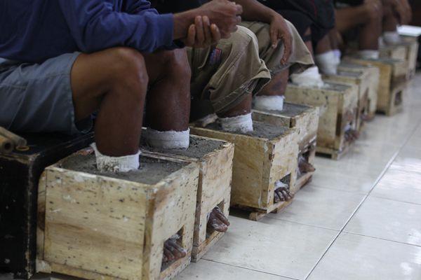 """印尼农民抗议建造水泥厂 双脚""""灌注""""水泥示威"""