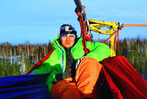 会玩!国外男子300米高空挂吊床休息