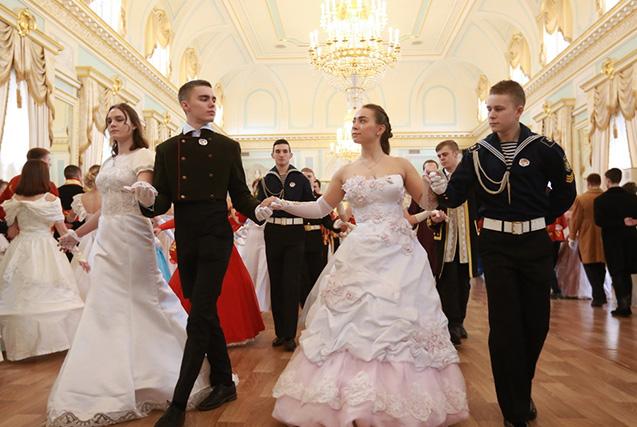 俄罗斯年轻人办复古舞会 俊男美女养眼