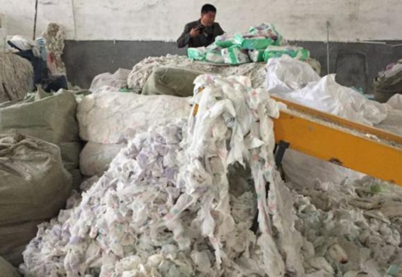 废弃纸尿裤再回收作坊被查处:废料堆到五米高