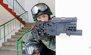 北京武警反恐演练使用拐弯枪