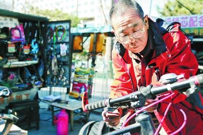 生意只剩三分之一 共享单车让修车摊萌生退意