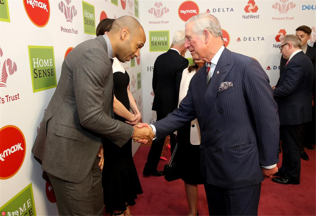 亨利握手查尔斯王子 西装笔挺儒雅帅气