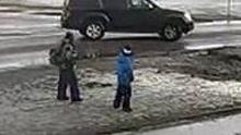 俄罗斯小学生拿玩具枪射汽车 司机开车撞击报复