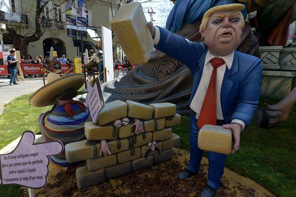 西班牙庆祝火祭节 美国总统特朗普遭恶搞