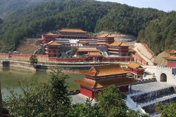 大学花10亿打造豪华校区:红墙黄瓦 酷似古代皇宫