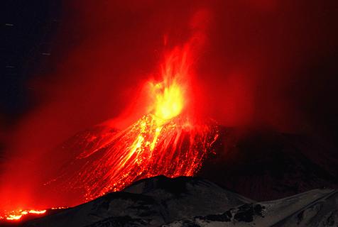 意埃特纳火山爆发 岩浆迸裂火花四溅