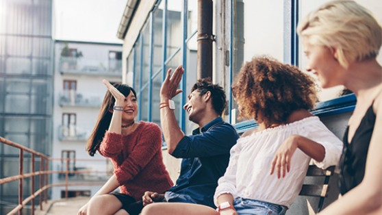 中国留学生团队设计智能手环 促进人与人互动