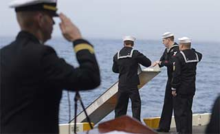 美国航母在太平洋上举行海葬