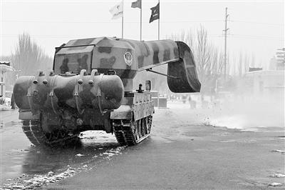 """中国""""坦克扫雪车""""够拉风 配备飞机发动机(图)"""