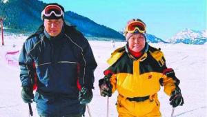 八旬伉俪爱滑雪 雪上庆钻石婚