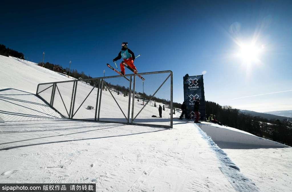 滑雪达人腾空飞跃 高难度表演叹为观止
