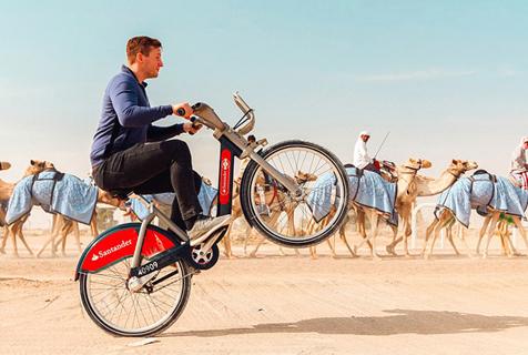 男子租自行车环游世界 超时被罚款