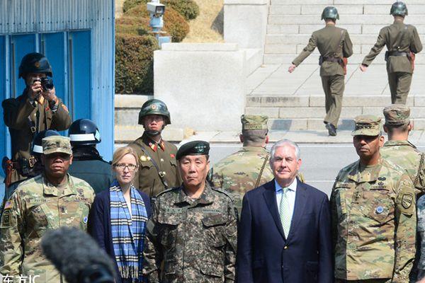 美国务卿蒂勒森抵韩访问直奔非军事区 朝鲜士兵忙拍照