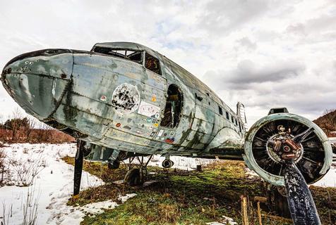 南斯拉夫废弃空军基地锈迹斑斑气氛可怖