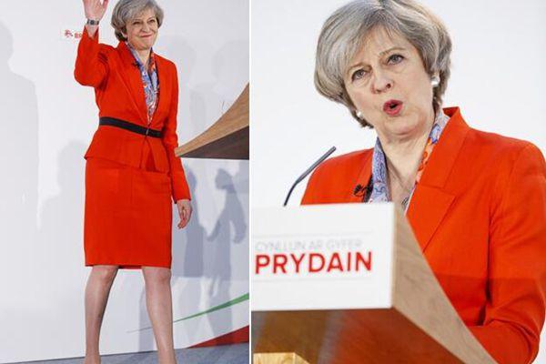 特里莎-梅亮相保守党春季论坛 一身红装女王范儿十足