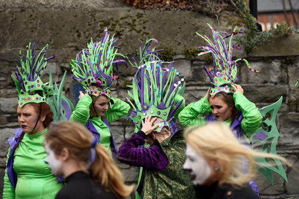 爱尔兰民众庆祝传统节日圣帕特里克节 满城尽是绿帽子