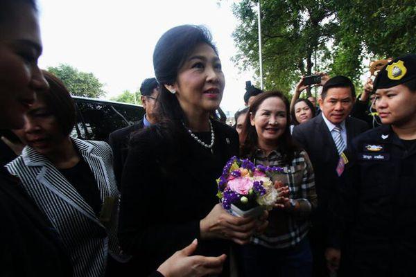 泰前总理英拉再就大米案出庭 获支持者献花