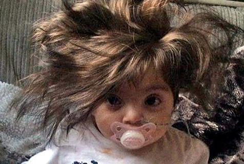 可爱萌娃头发浓密 被人误为洋娃娃