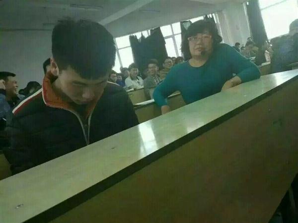 课堂玩《王者荣耀》无法自拔 女老师表情亮了