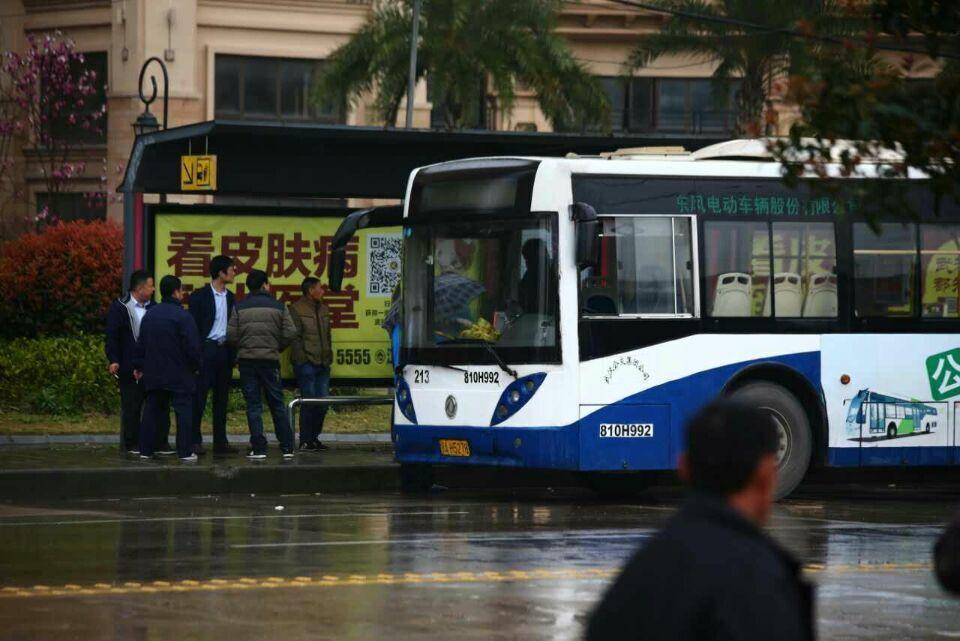 公交司机制止乘客抽烟被捅多刀 血溅驾驶室
