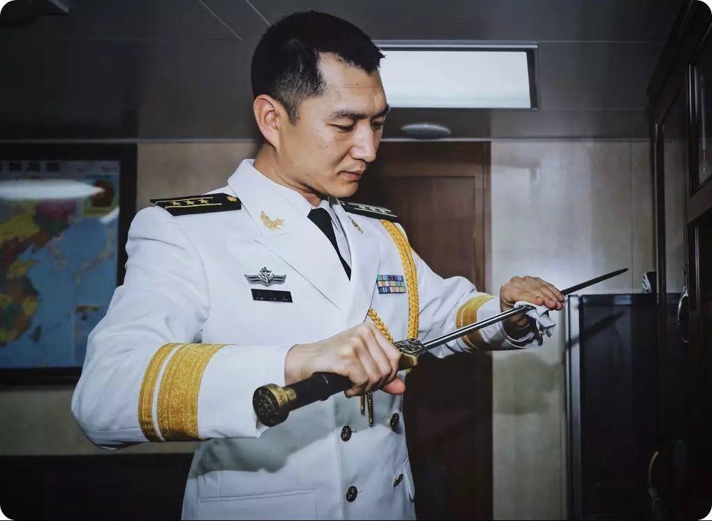 被授予人的姓名刻于剑刃之上,体现宝剑的独一无二和对被授予人的激励。