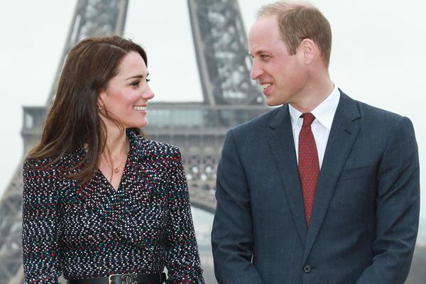 威廉王子夫妇访问巴黎 埃菲尔铁塔前浪漫合影