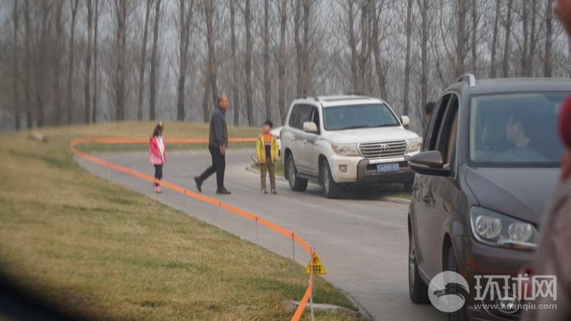曝一家人在北京野生动物园自驾区私自下车 园方回应属实