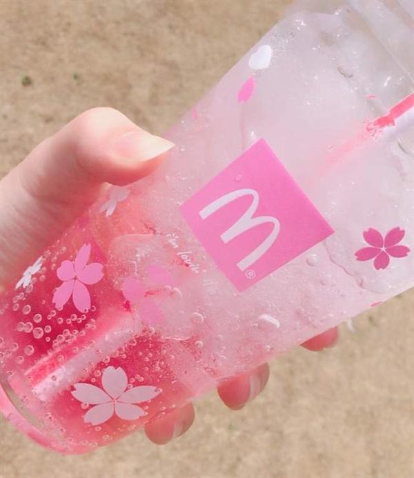 日本麦当劳推出了樱花主题限定的气泡饮料