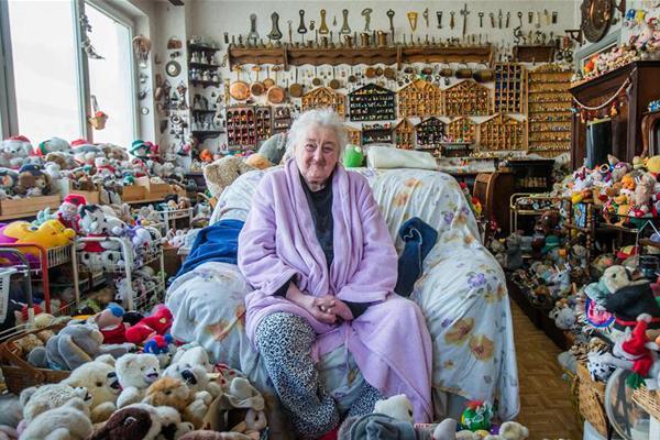86岁老人童心未泯 收集奇趣蛋和毛绒玩具