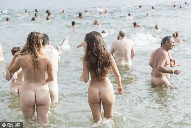 """当地时间2017年3月19日,澳大利亚悉尼,民众参加一年一度的""""Sydney Skinny""""集体裸泳活动。据悉,该活动旨在让人们享受裸泳乐趣的同时,筹集慈善资金。James D. Morgan/Getty Images/视觉中国"""