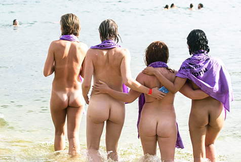 澳海滩上演裸泳狂欢 为筹集慈善资金