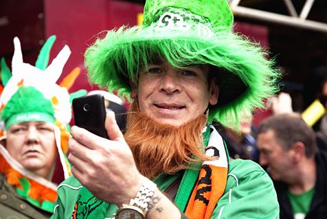 英圣帕特里克节大游行 绿色狂欢来袭