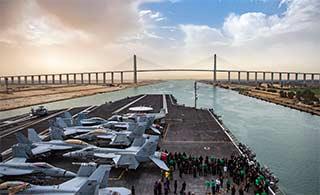 美航母通过苏伊士运河小心翼翼