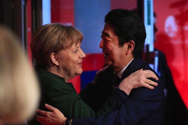 德国CeBIT电子展开幕 默克尔与安倍晋三相谈甚欢