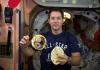 法国宇航员太空秀美食 烙饼洋葱和烤肉