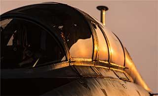 晚霞中飞豹战机透入异样美感