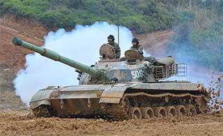 96式坦克训练泥泞中勇往直前