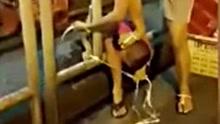 母亲脚踩儿子头将其绑栏杆上 孩子:我不能呼吸