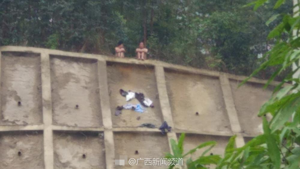 男女爬上山头脱衣轻生 冷静后报警获救