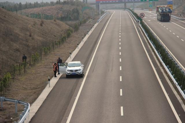 """高速路5大""""作死""""行为 一眨眼就车毁人亡"""