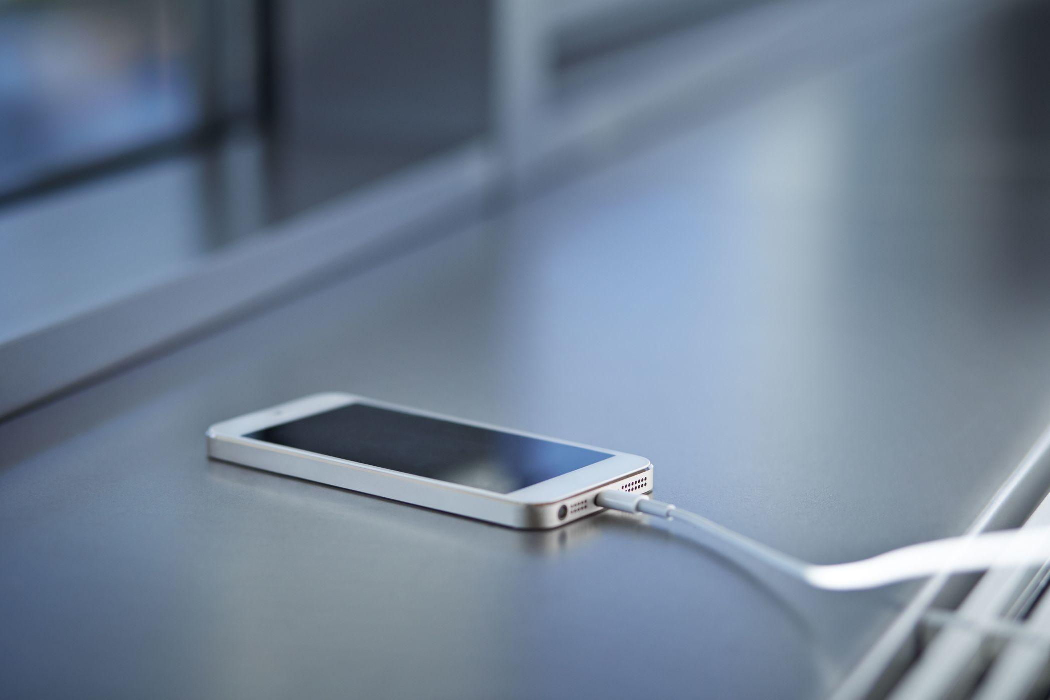 英国男子洗澡时手持iPhone充电 结果触电死亡