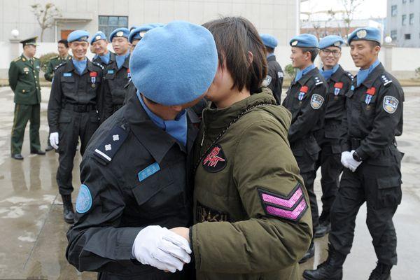 中国维和警察回国 时隔一年拥吻妻子