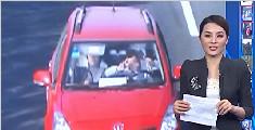 实拍男司机开车比剪刀手 面对监控镜头笑容灿烂