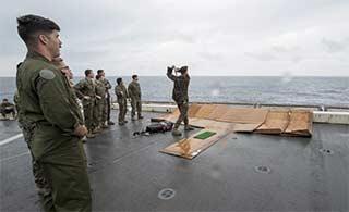 美军乘军舰东海上打高尔夫