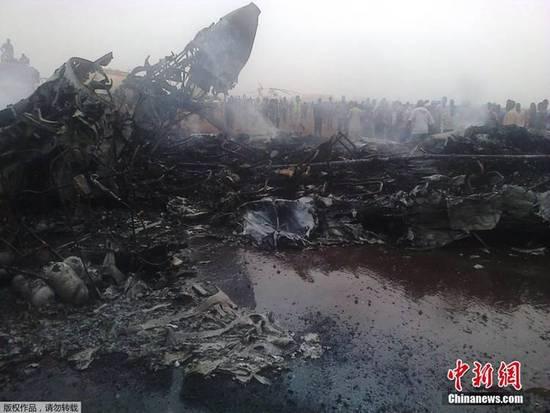 南苏丹小型客机着陆时失事 飞机被烧成空壳