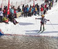 """滑雪爱好者穿比基尼""""水上飞"""""""