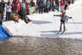 """滑雪爱好者穿比基尼玩""""水上飞"""""""