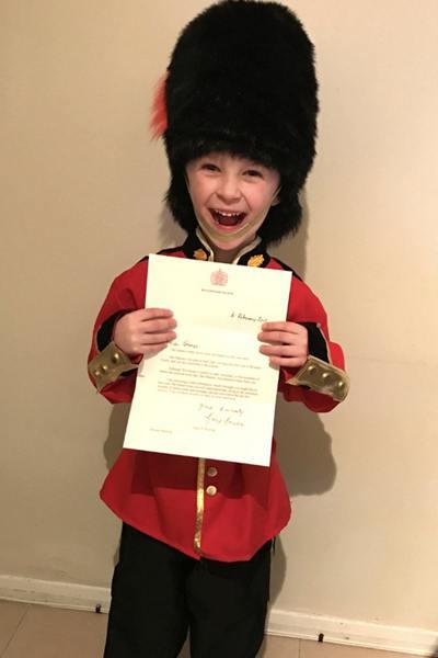 英国男孩写信给女王梦想加入皇家卫队 竟收到回信