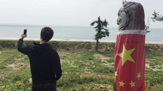 """金门海滩""""五星红旗风狮爷""""受热捧 成台观光另类景点"""